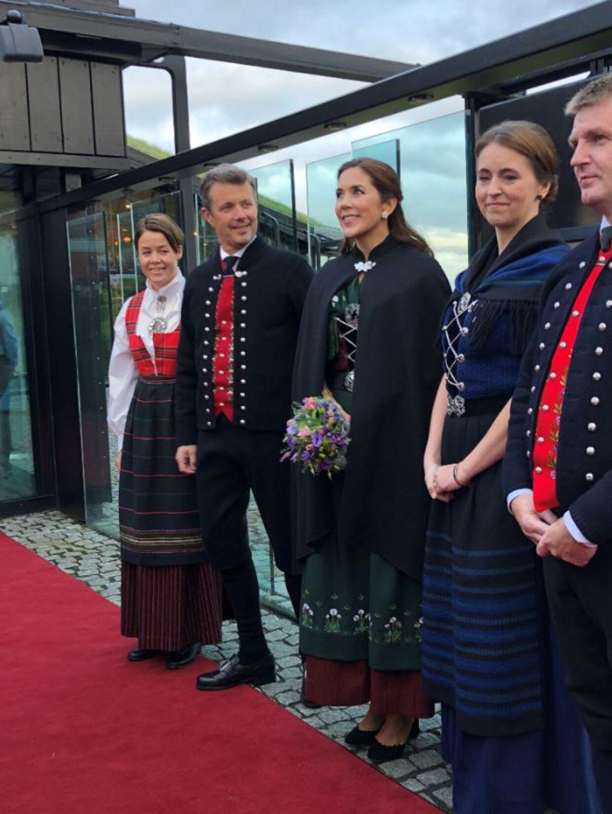 Kronprinsparret ankom torsdag aften til festmiddag i Nordens Hus i Tórshavn.