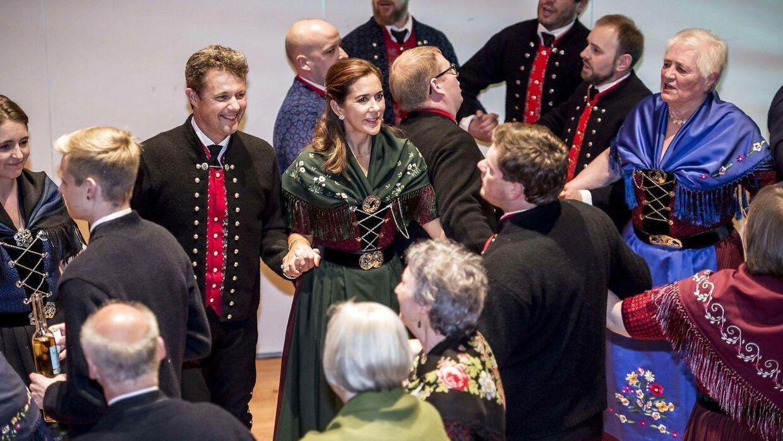 Kronprins Frederik og kronprinsesse Mary danser færøsk kædedans.