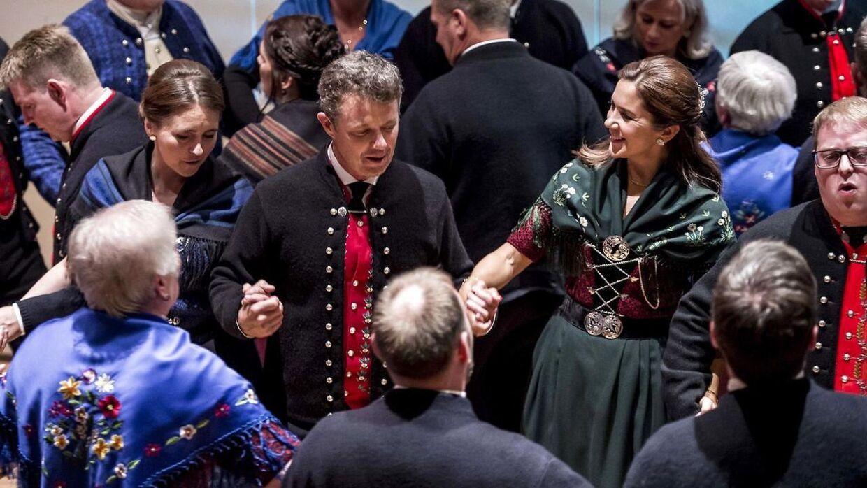 Gæsterne rykkede langsomt tættere og tættere sammen, efterhånden som flere kom til under kædedansen.