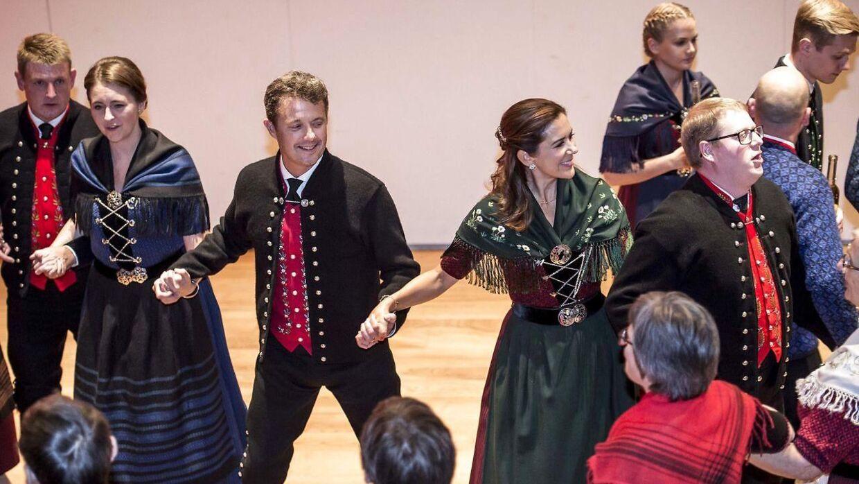 Kronprins Frederik og kronprinsesse Mary dansede entusiastisk med.