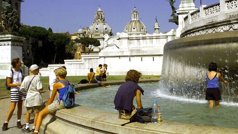 Det var i springvandet foran det store Vittorio Emanuele II-monument i hjertet af Rom, at de to engelsktalende turister smed tøjet til mange italieneres store forargelse. (Foto: Gerard Julien /AFP)