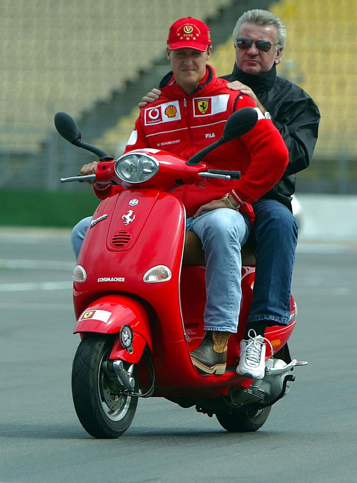 Michael Schumacher giver Willi Weber et lift på Hockenheim-banen i 2002.