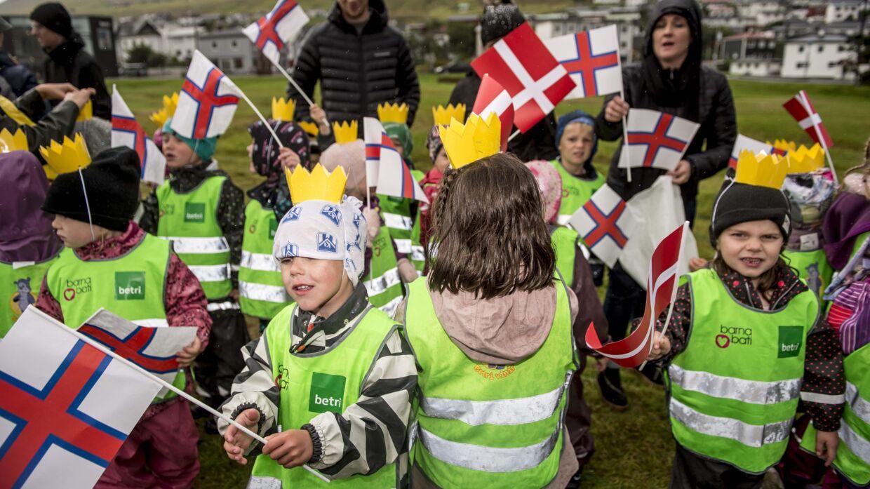 Mens lagtingsformanden tilsyneladende ikke er så begejstret for kronprinsparret, var flere færøske børn ved Osalund fredag meget begejstrede for at møde de danske kongelige.