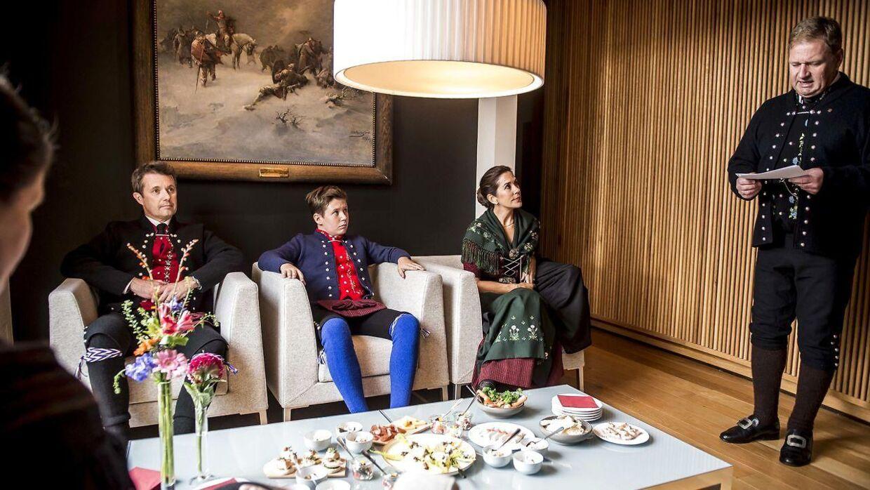 Kronprins Frederik, prins Christian og kronprinsesse Mary besøgte torsdag Lagtinget i Tórshavn, hvor Páll á Reynatúgvu var vært.