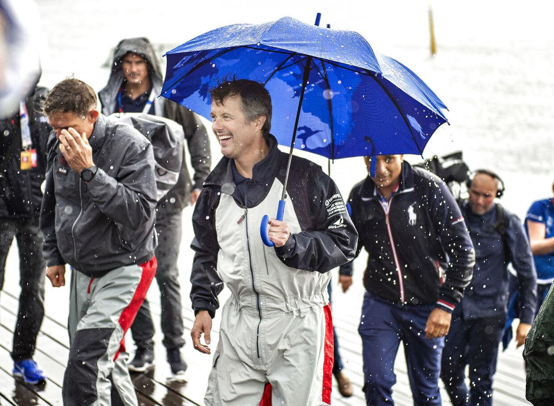 Kronprins Frederik var i august til stede ved VM i sejlsport i Aarhus. Humøret var bedre end vejret.