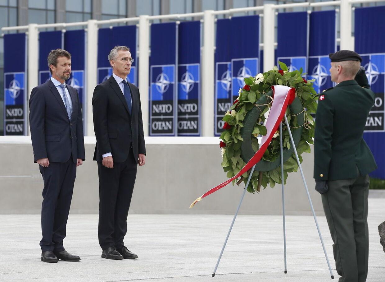 Kronprinsen besøgte 12. juni den nye danske repræsentation ved Nato og mødte i den forbindelse Natos generalsekretær, Jens Stoltenberg.