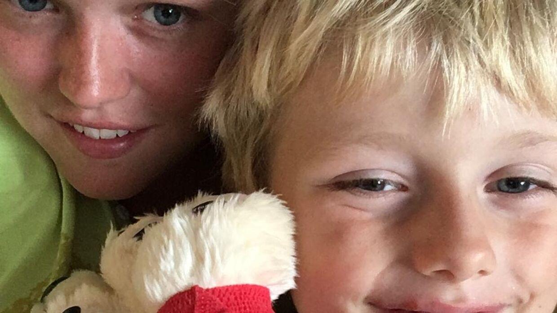 Stephanie sammen med hendes femårige søn, Benjamin, inden han blev syg. Foto: Privat