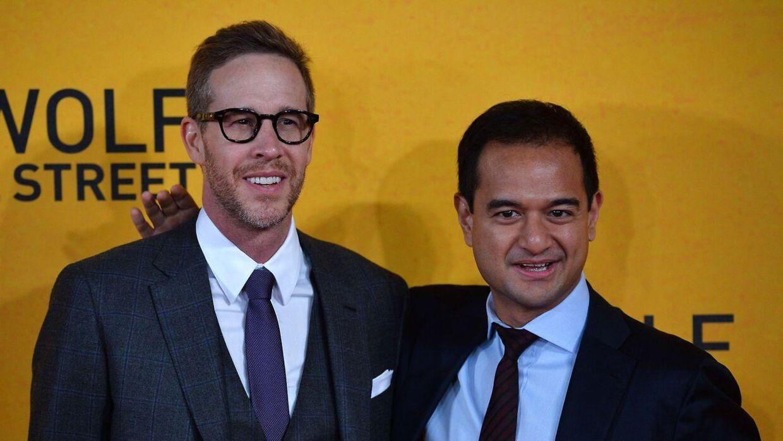 Produceren Joey McFarland (til højre) poserer sammen med produceren Riza Aziz (til venstre) på den røde løber til den britiske premiere på filmen 'The Wolf of Wall Street' i 2014.