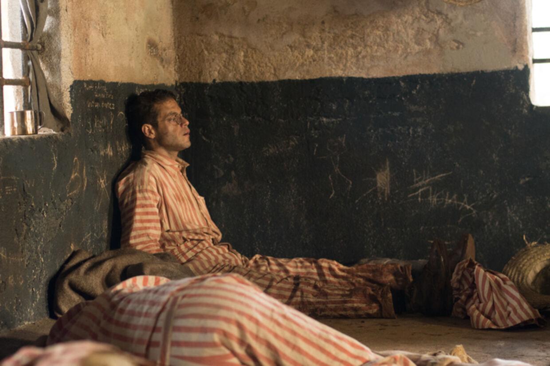 Rami Malek kan snart ses i rollen som Freddie Mercury i filmen om Queen, men i 'Papillon' spiller han den forsigtige falskmønter Dega, der køber sig til beskyttelse fra muskelbundtet Henri 'Papillon' Charrière (Charlie Hunnam).