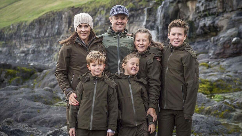 Kronprinsfamilien stillede op til et gruppebillede.