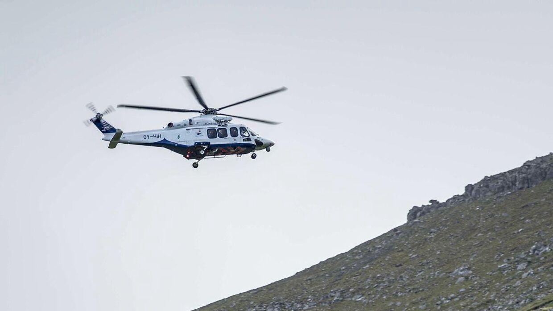 Kronprinsfamilien ankom til Mikladalur i helikopter.