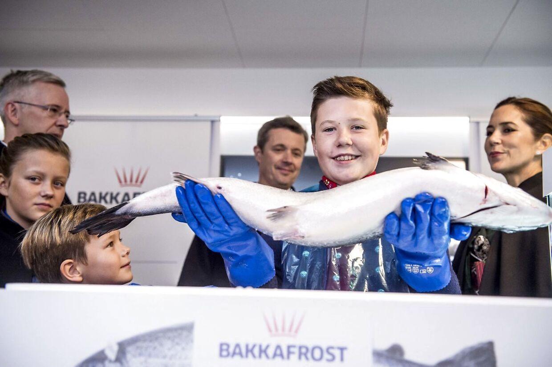 Prins Christian poserer med en laks på Bakkafrost.