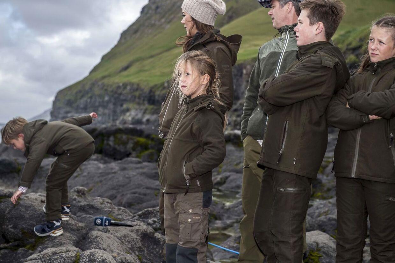 Prins Vincent klatrede rundt på klipperne, da kronprinsfamilien fredag besøgte den lille bygd Mikladalur.
