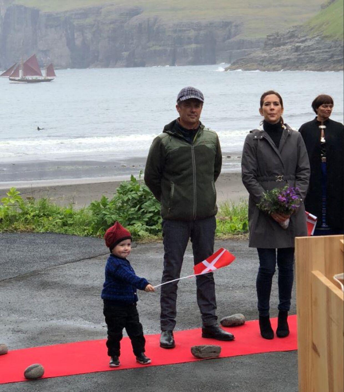 Elias Seloy viftede med flaget, mens kronprinsparret lyttede til borgmesterens tale i bygden Tjørnuvik.