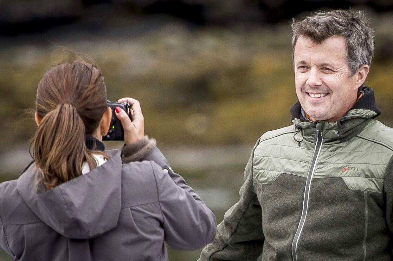 Kronprinsesse Mary tager billeder af kronprins Frederik, mens de sejler forbi Færøernes største vandfald i forbindelse med deres officielle besøg på Færøerne.