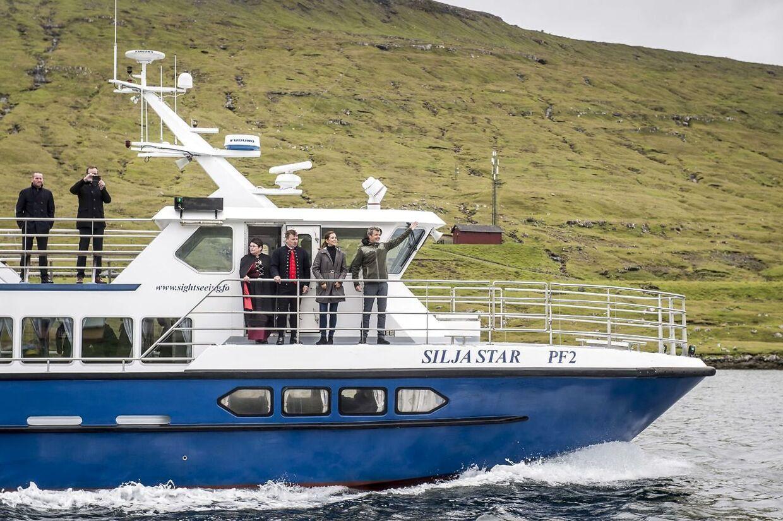 Kronprins Frederik og kronprinsesse Mary sejler forbi Færøernes største vandfald i forbindelse med deres officielle besøg på Færøerne.