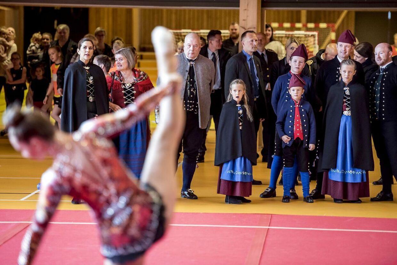 Prinsesse Josephine, prins Christian, prins Vincent, kronprins Frederik og prinsesse Isabella ser gymnastikopvisning i idrætshallen i Bylgjan i forbindelse med deres officielle besøg på Færøerne.