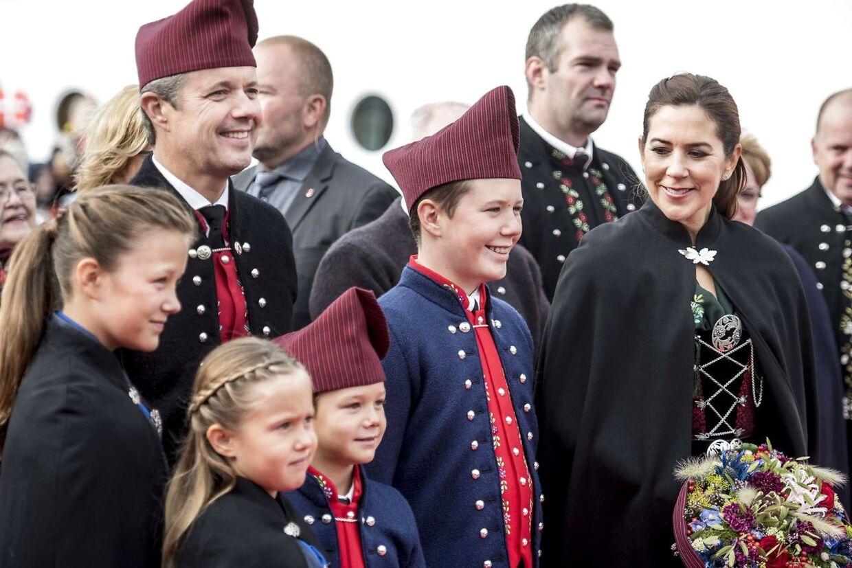 Prins Vincent, kronprins Frederik, kronprinsesse Mary, prins Christian, prinsesse Isabella og prinsesse Josephine efter ankomst med Dannebrog til havnen ved Bakkafrost.