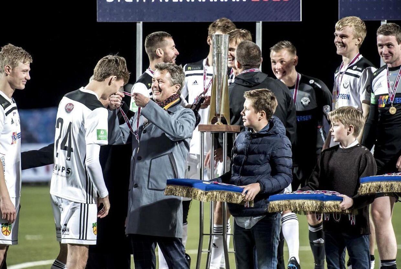 Kronprins Frederik og prins Christian overrækker medaljer efter kampen, hvor B36 Tórshavn vandt efter en intens straffesparkskonkurrence.