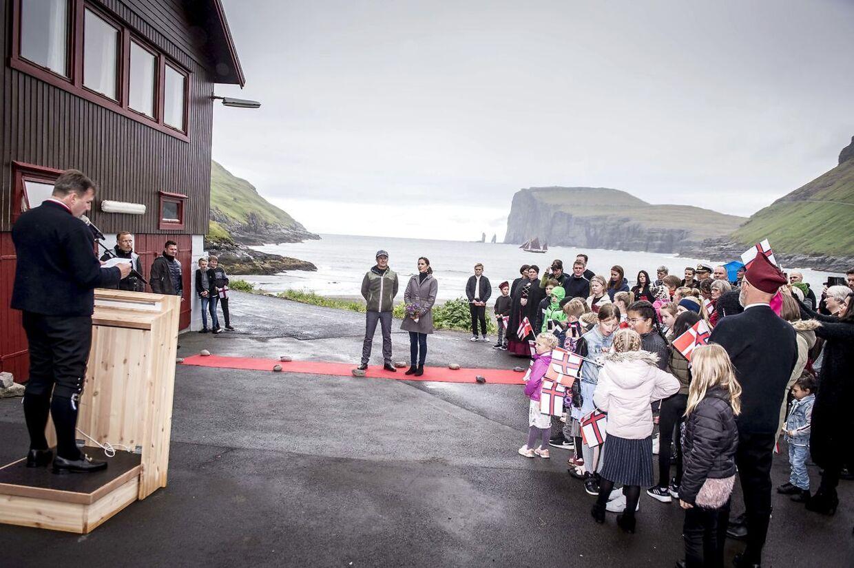 Borgmesteren holdt tale for kronprinsparret i Tjørnuvik.