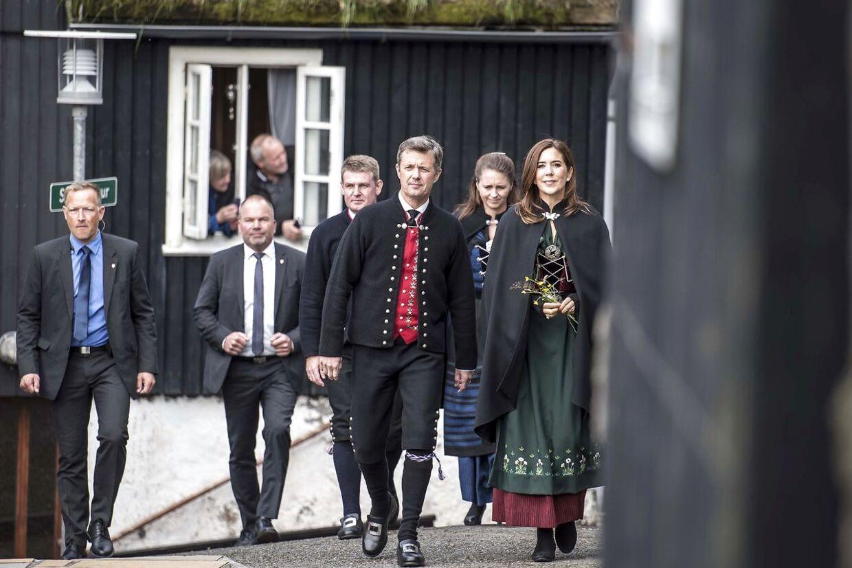 Kronprinsesse Mary og kronprins Frederik ankommer til Bøur, hvor biskoppen bød på frokost.