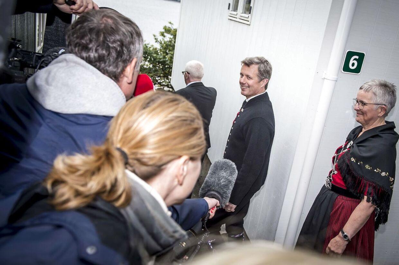 Pressen prøver at få kronprinsesse Mary og kronprins Frederik til at tale ved ankomst til Bøur, men det lykkedes kun at få et par ord fra kronprinsen.