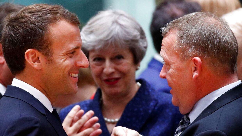 Her snakker Emmanuel Macron med Lars Løkke Rasmussen ved et topmøde i Bruxelles i juni. Storbritanniens pemierminister, Theresa May, er med på en lytter. Foto: REUTERS/Francois Lenoir
