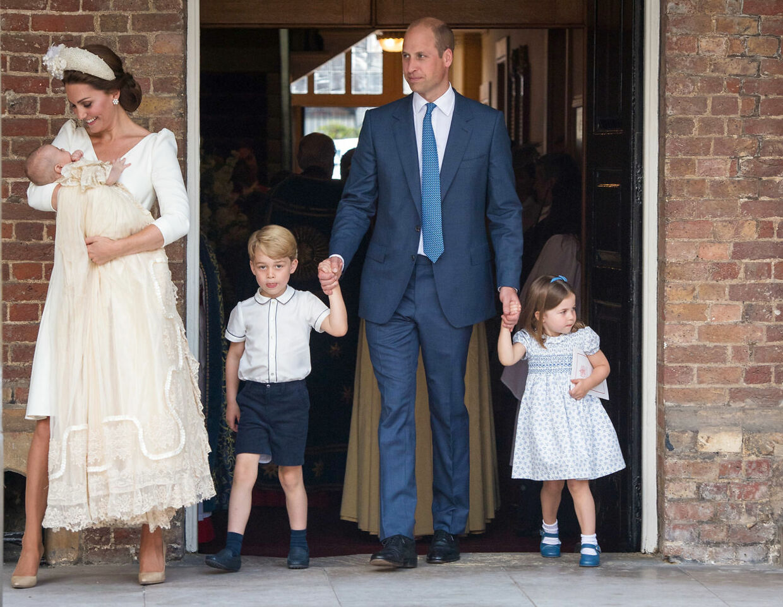 Prins William og hertuuginde Kate med børnene prins George, prinsesse Charlotte og prins Louis efter sidstnævntes barnedåb. (Foto: Dominic Lipinski/Reuters)