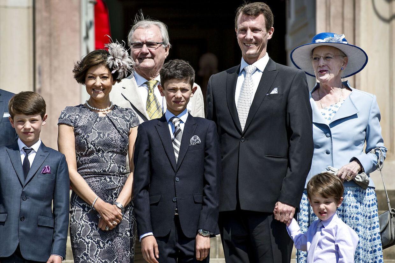 Prins Nikolai blev konfirmeret i Fredensborg Slotskirke. Her sammen med resten af familien.
