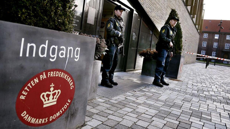 Det var i retsbygningen på Frederiksberg, den 23-årige ifølge tiltalen truede og fornærmede to politifolk i april i år. De forurettede betjente var ikke de to på billedet. Arkivfoto.