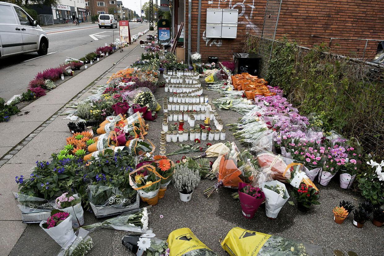 Et hav af blomster og lys på Emdrupvej markerede efter drabet på 21-årige Daniel Kristensen, hvor det blodige skyderi havde fundet sted.