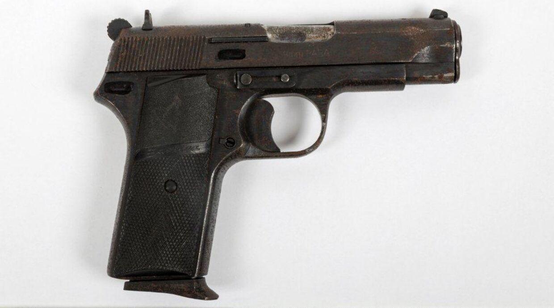 Den 23-årige Wahid Ahmadi blev af et nævningeting på Frederiksberg frifundet for drabet på Emdrupvej, men idømt halvandet års fængsel og en betinget udvisning for at have været i besiddelse af en skarpladt Zastava-pistol som denne. Nu kræves han udvist for truende og fornærmelige udtalelser mod to politifolk.