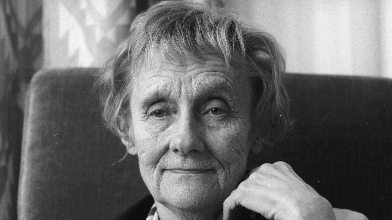 Den svenske forfatter Astrid Lindgren har skrevet en lang række børnebøger, som er læst af millioner af børn verden over. Hun skrev bl.a. 'Brødrene Løvehjerte', 'Ronja Røverdatter' og 'Pippi Langstrømpe'. Lindgren blev 94 år.