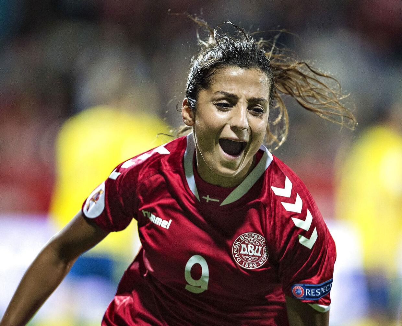 Nadia Nadim i landskamp for Danmark.