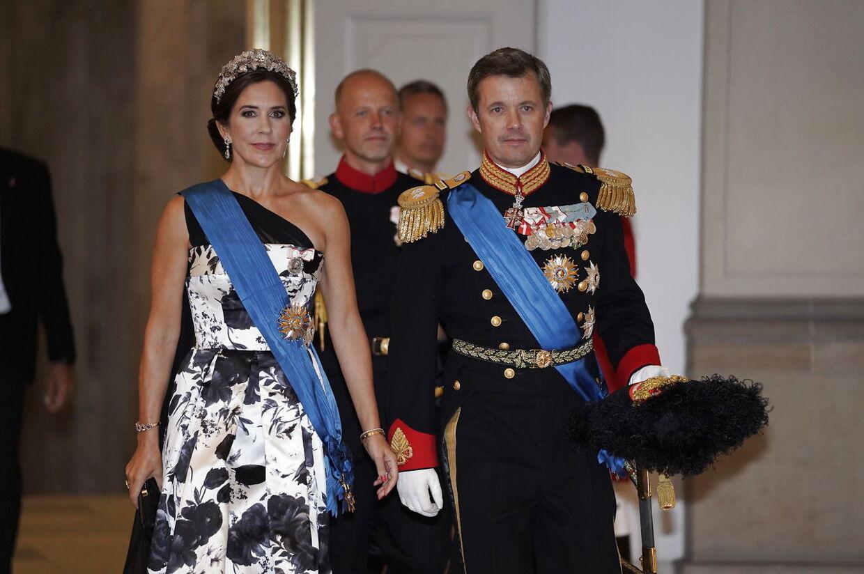 »Kronprinsesse Mary demonstrerer med sin kjole her til aften endnu engang, hvilken uovertruffen personlig stil, hun besidder.«»Hendes kjolevalg er både i snit og materiale et moderne og nytænkende valg, som får hende til at skille sig ud fra aftenens øvrige gæster.«