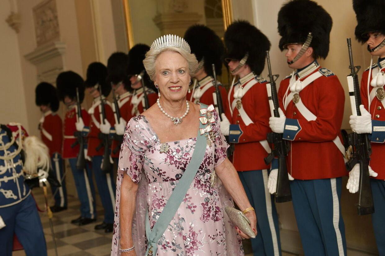 »Prinsesse Benedikte har altid været enormt engageret i de kjoler, hun har på.«»Til gallamiddagen har hun valgt en smuk lyselilla farve med sommerligt blomsterprint. Kjolen har desuden et kappelignende slæb, som er meget moderne netop nu.«