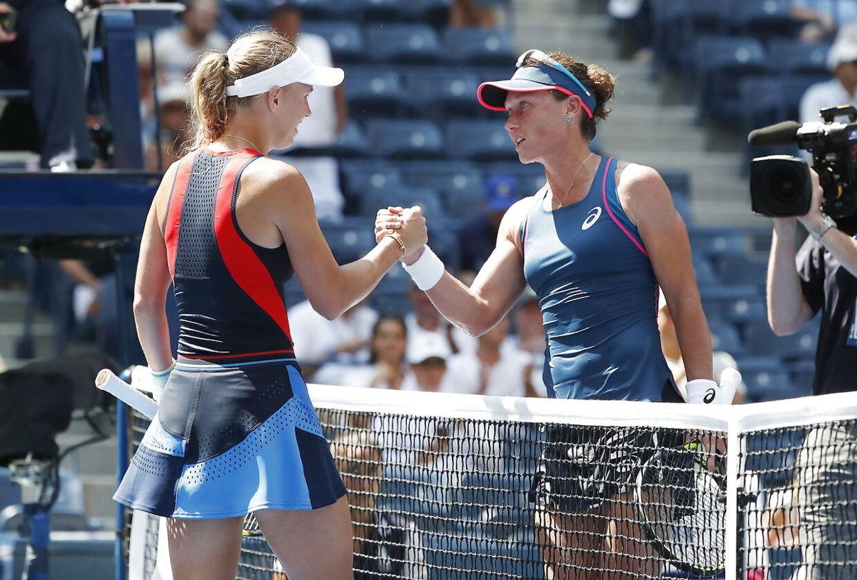 Caroline Wozniacki siger tak for kampen til Samantha Stosur.