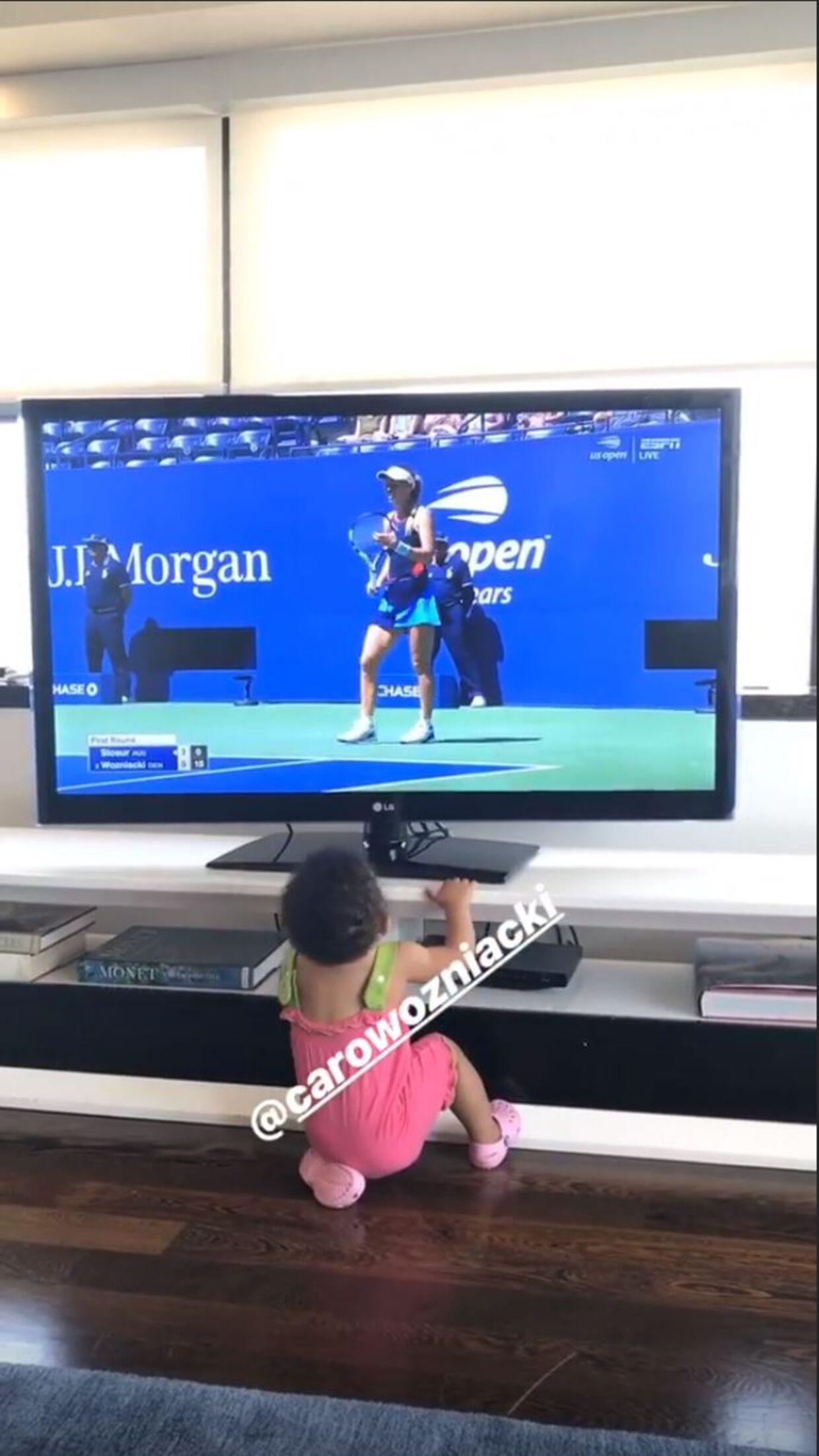 Serena Williams og lille Olympia fulgte med i Caroline Wozniackis kamp tirsdag aften.