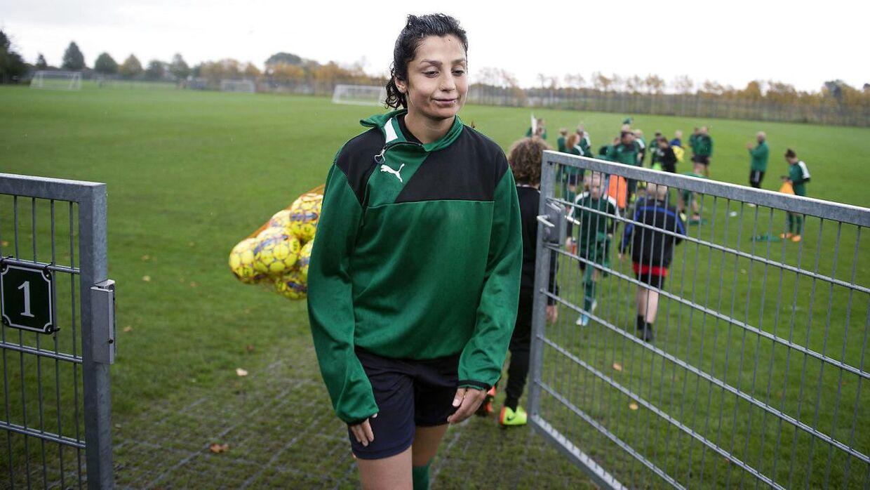 Danmarks sidste kamp mod Sverige blev aflyst som følge af en konflikt. Her ses Nadia Nadim under en træning, hvor spillerne trænede selv, mens konflikten stod på.