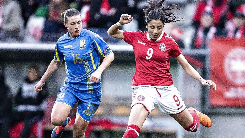 Nadia Nadim (th.) mod Ukraines Iya Andrushchak i VM kvalifikationskampen mellem Danmark og Ukraine på Energi Viborg Arena, 9. april 2018.