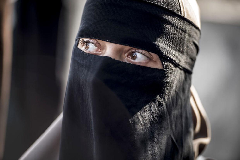 En kvinde iført niqab under en demonstration i København mod tildækningsforbuddet, der trådte i kraft den 1. august 2018.