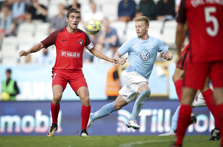 FC Midtjyllands Jakob Poulsen i kamp om bolden med Malmö FF's Anders Christiansen.