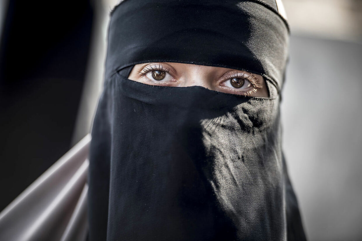 "On August 3rd 2018 the first woman was charged under the new law making it illegal to bear veils in public. She received the so-called 1000 dkk ""burka-fine"" for wearing her niqab in public in Hørsholm, Northern Zealand. The incident happened after police was called following a confrontation between the 28-year-old woman and another shopper in Hørsholm Midtpunkt shopping center. The confrontation seems to stem from the woman in niqab believing the other woman tried to pull off the niqab. Both are now charged in connection to the fighting in public and the 28-year-old also for wearing veils in public. The Danish ban on veiling, having become known as the ""burka-ban"", has ben widely criticized latest by former UK Foreign Minister Boris Johnson. . (Foto: Mads Claus Rasmussen/Ritzau Scanpix)"
