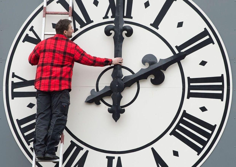 Uret på Lukaskirche her i Dresden i Tyskland skal fremover ikke længere stilles to gange om året.