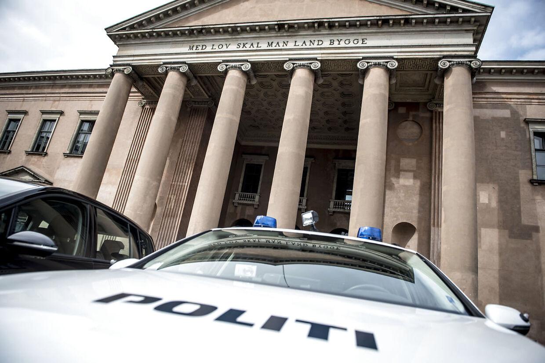 En domsmandsret i Københavns Byret afviste journalistens påstand om, at han havde stukket med urtekniv i nødværge. I stedet blev han dømt for grov vold, men slap med en betinget dom.