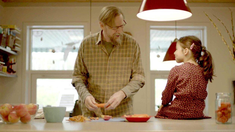 Jesper Christensen spiller over for den seksårige pige Selena Marsenic i 'Maja'.
