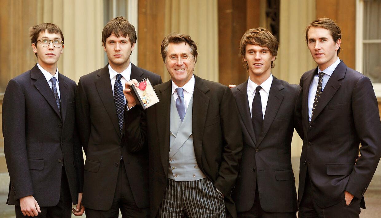 Her ses Tara Ferry til højre for sin far, Bryan Ferry. Fra venstre er det, Merlin, Isaac, Bryan, Tara og Otis Ferry.