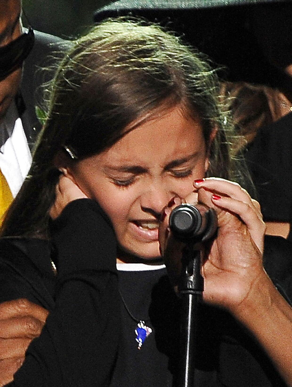 Michael Jacksons datter Paris græder ved faderens begravelse i 2009.