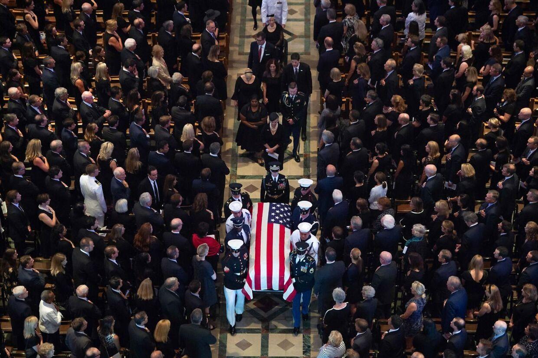 Her bæres kisten ud. Washington National Cathedral i Washington. Den 1. september.