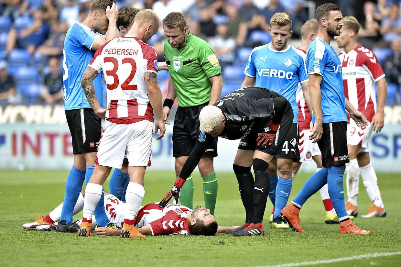 en alvorligt skadet Jakob Blåbjerg fra AAb 02 September 2018. Superliga fodbold Randers FC vs AAB på Bionutia park i Randers.